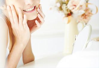 歯を出して笑う女性