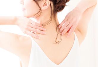 背中を触る女性
